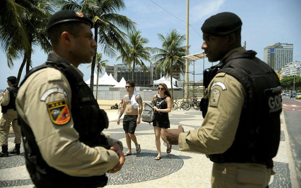 Rio de Janeiro - Seguran�a � refor�ada na orla de Copacabana para o r�veillon (T�nia R�go/Ag�ncia Brasil)