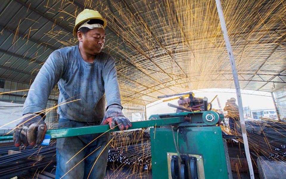 Un operaio cinese a lavoro. REUTERS/China Daily
