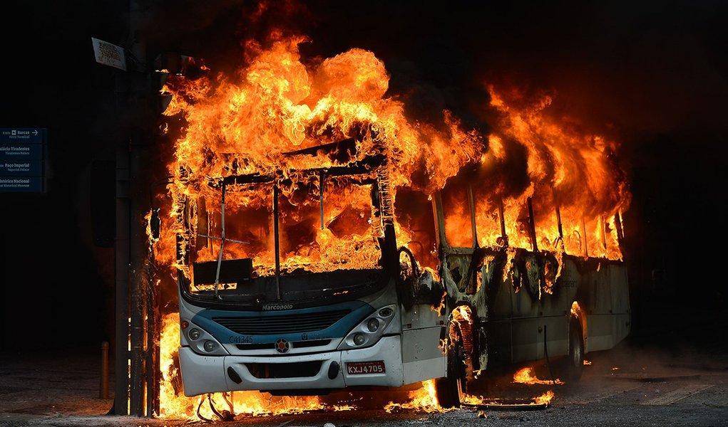 Rio de Janeiro - Ônibus depredado e incêndiado na Avenida Rio Branco em protesto contra medidas de austeridade do governo estadual. ( Fernando Frazão/Agência Brasil)