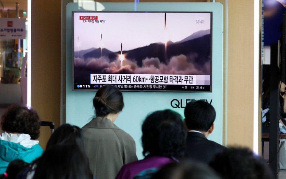 Pessoas assistem a uma reportagem de TV sobre o lançamento de um míssil pela Coreia do Norte, em uma estação ferroviária em Seul, na Coreia do Sul. 29/04/2017 REUTERS/Kim Hong-Ji