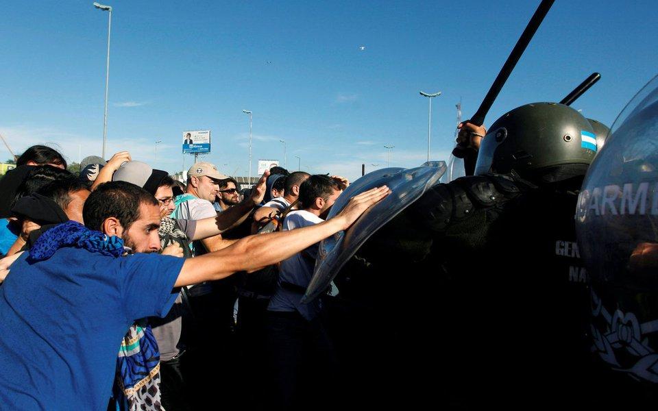Manifestantes enfrentam policiais durante greve de 24 horas em Buenos Aires, Argentina. 06/04/2017 REUTERS/Martin Acosta