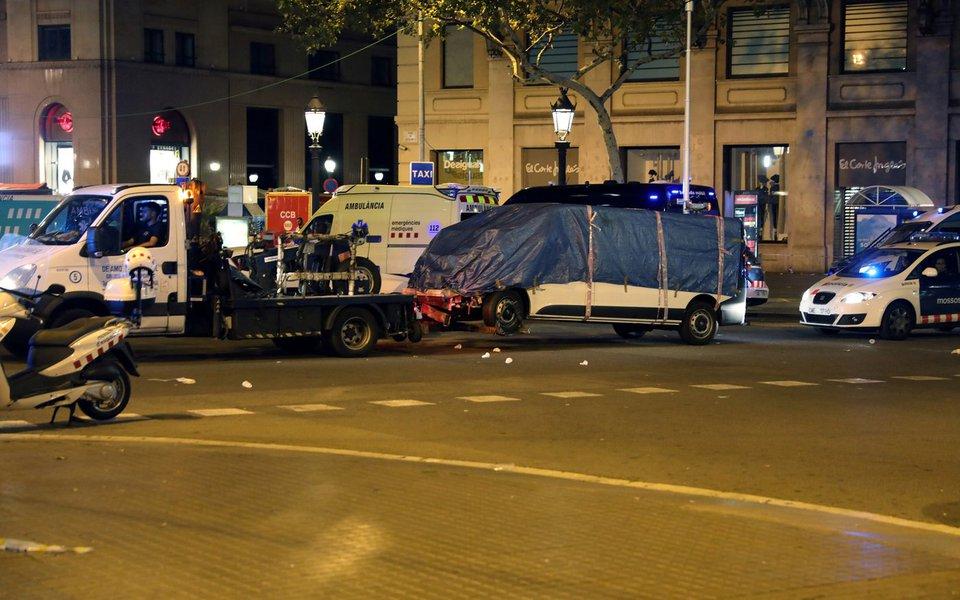 Suposta van é retirada de local de ataque em Barcelona 17/8/2017 REUTERS/Sergio Perez