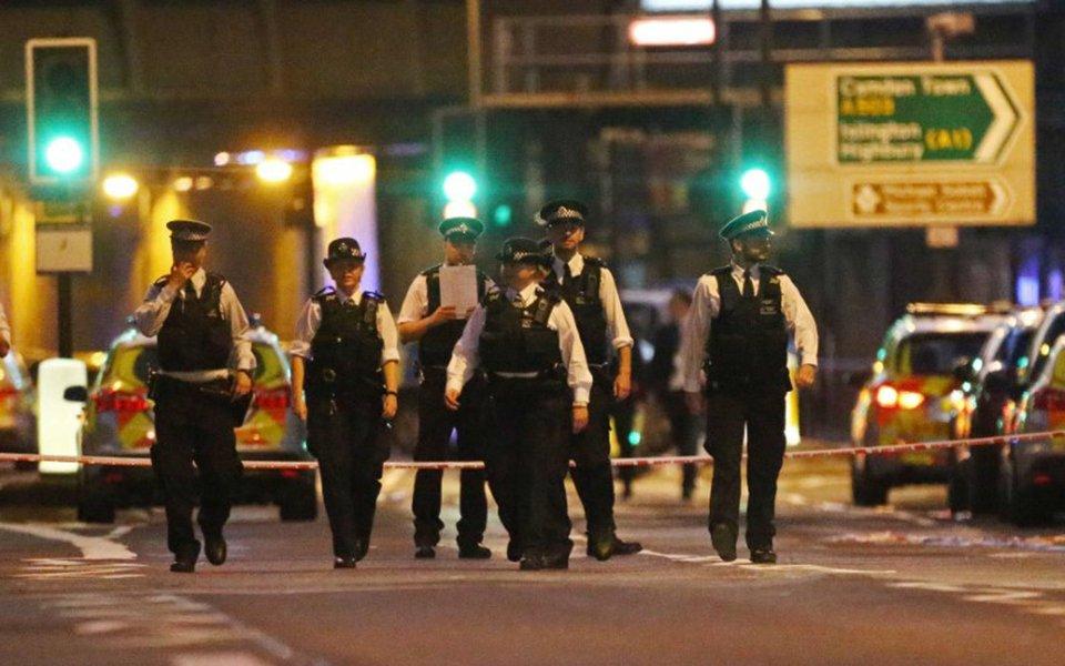Policiais em local onde veículo atropelou pedestres perto de mesquita em Londres. 19/06/2017 REUTERS/Neil Hall