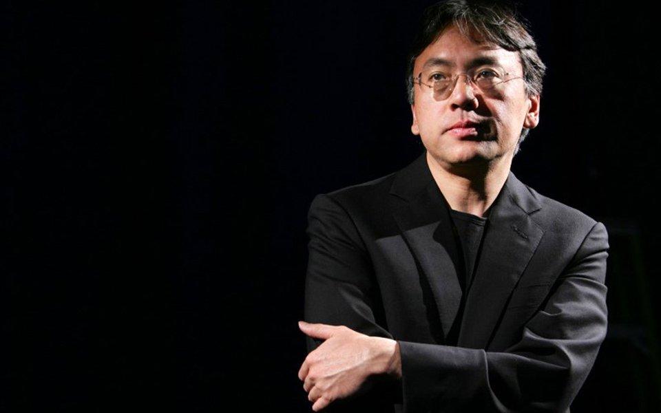 Autor nipo-britânico Kazuo Ishiguro posa para foto durante entrevista com a Reuters, em Nova York 20/04/2005