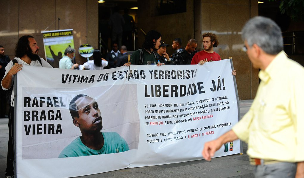 Ativistas protestam com faixas e cartazes no Tribunal de Justiça do Rio de Janeiro pela liberdade de Rafael Braga Vieira, morador de rua detido em 2013 durante uma manifestação (Fernando Frazão/Agência Brasil)