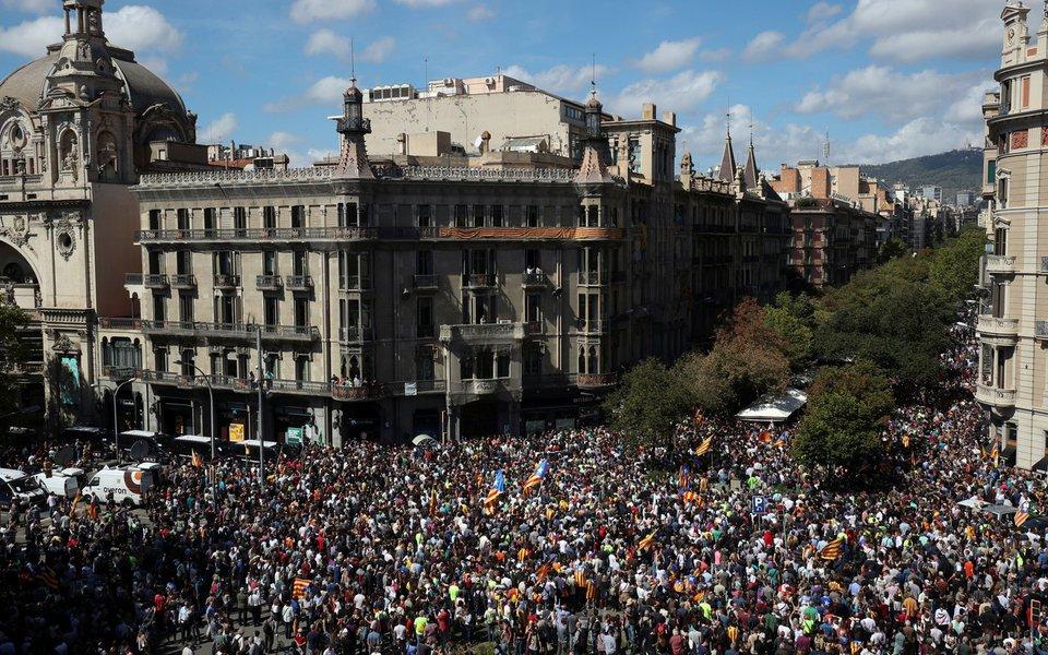 Manifestantes se reúnem em frente ao prédio do Ministério de Economia da Catalunha, depois que a polícia espanhola prendeu diversas autoridades catalãs, em Barcelona 20/09/2017 REUTERS/Albert Gea