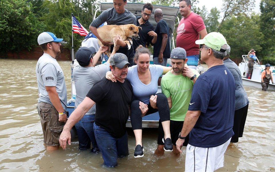 Barco leva pessoas após resgate em Houston por causa de enchentes 30/8/2017 REUTERS/Carlo Allegri