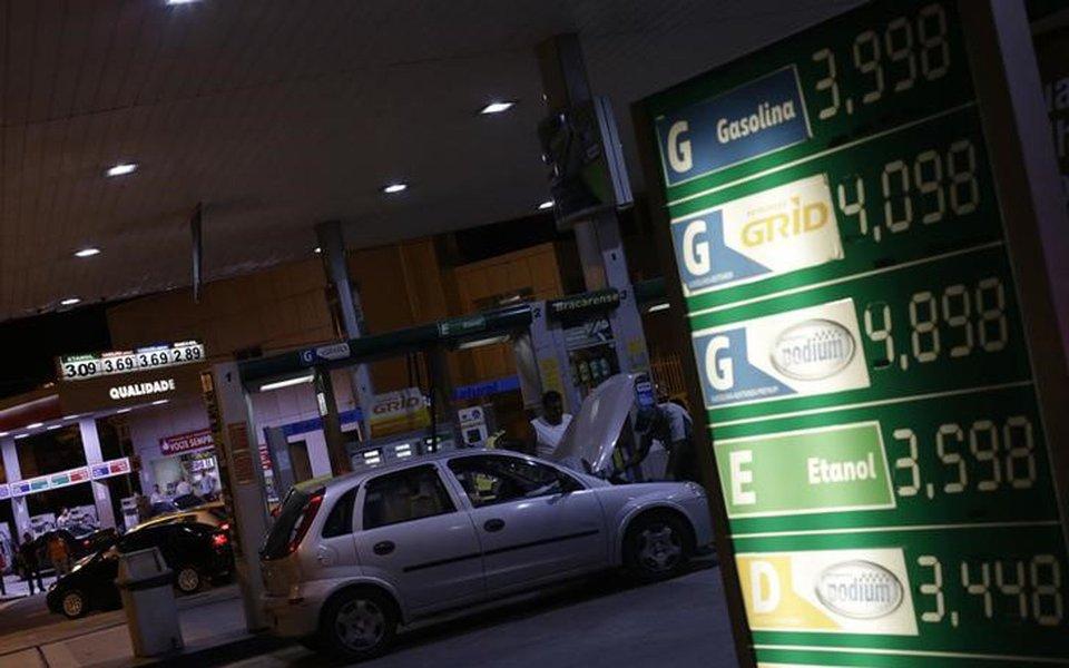 Preços do combustível em posto de gasolina no Rio de Janeiro, Brasil 05/02/2016 REUTERS/Ricardo Moraes