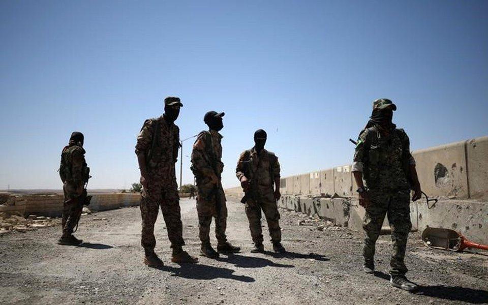 Militantes das Forças Democráticas da Síria (FDS) na cidade de Tabqa, após tomarem a região do controle do Estado Islâmico, na Síria. 12/05/2017 REUTERS/Rodi Said