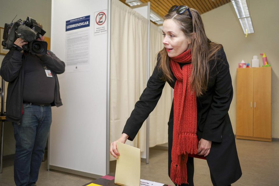 Left Green Movement candidate Katrin Jakobsdottir casts her vote during a snap parliamentary election in Reykjavik, Iceland October 28, 2017.