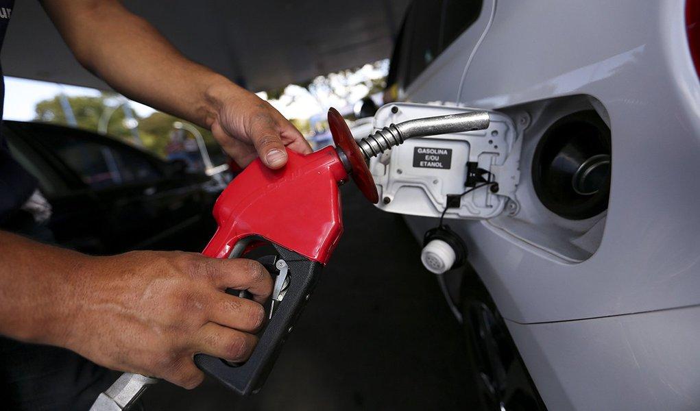 21/07/2017- Brasília- DF, Brasil- Postos de combustíveis ajustam os preços e repassam para o consumidor o aumento da alíquota do PIS e Cofins pelo litro da gasolina Foto: Marcelo Camargo/Agência Brasil)