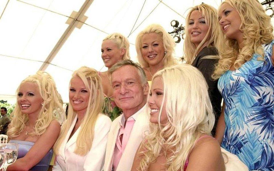 Fundador da Playboy, Hugh Hefner, posa para foto rodeado de mulheres 26/04/2001