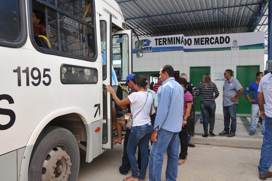 Prefeito Rui Palmeira Reinaugura Terminal de �nibus do Mercado da Produ��o. Foto:Marco Ant�nio/Secom Macei� *** Local Caption *** Reinaugura��o Terminal Mercado