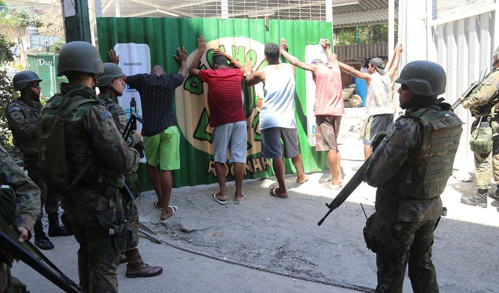 Rio de Janeiro- Operações das Forças Armadas prosseguiram durante o sábado, segundo dia de ocupação da Rocinha, no Rio de Janeiro(Vladimir Platonow/Agencia Barsil)