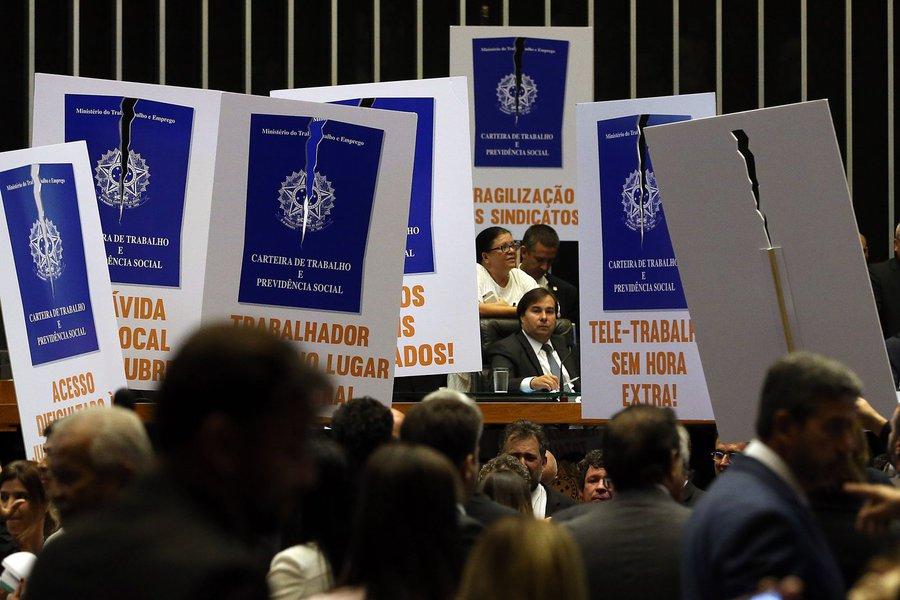 Câmara aprova reforma trabalhista; deputados da oposição protestam com caixões e cartazes