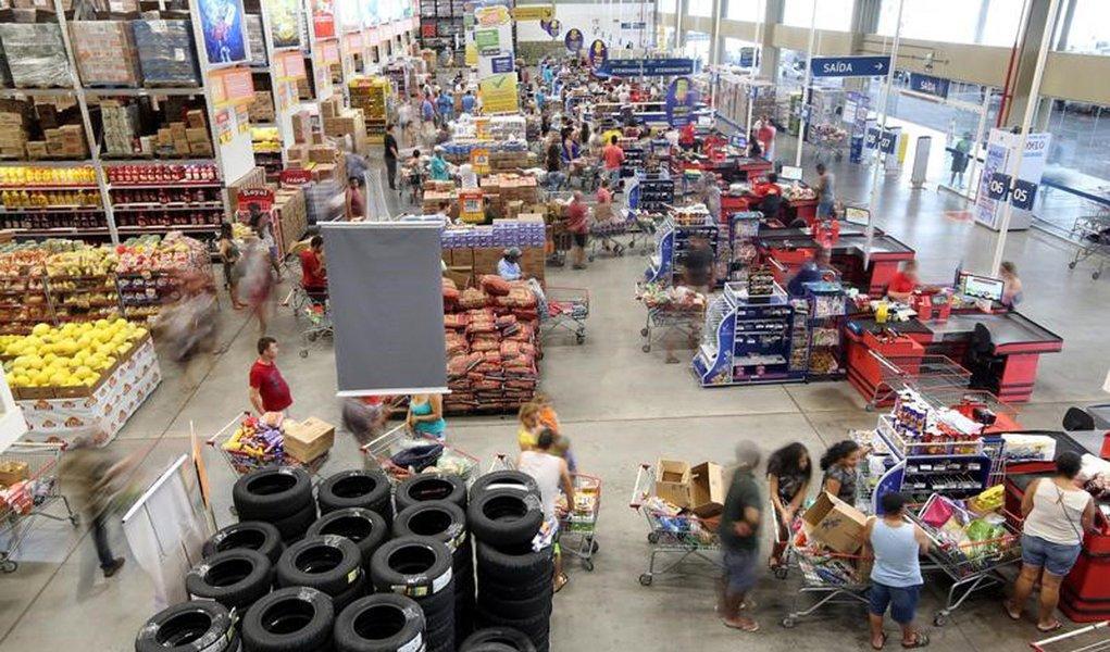 Consumidores fazem compras em mercado em São Paulo, Brasil 11/1/2017 REUTERS/Paulo Whitaker