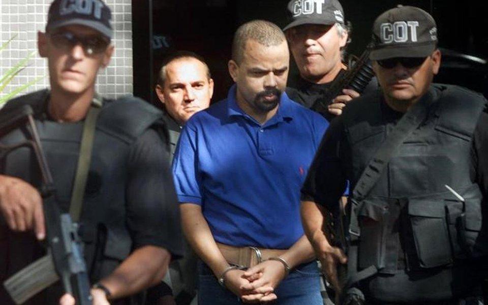 Luiz Fernando da Costa, conhecido como Fernandinho Beira-Mar, escoltado pela Polícia Federal, em Brasília. 26/04/2002