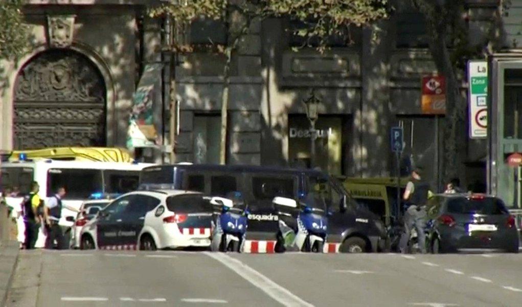Imagem de vídeo mostra isolamento feito pela polícia em rua de Barcelona após atropelamento 17/08/2017 REUTERS TV via REUTERS