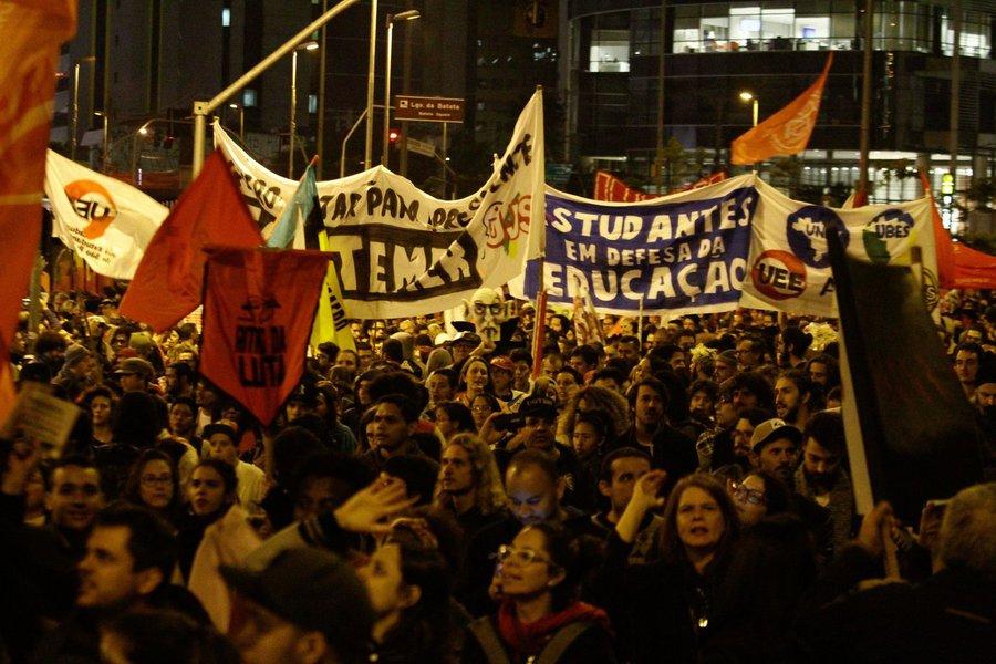 Manifestantes se concentraram no Largo da Batata, na zona oeste de São Paulo, para protesto contra as reformas trabalhista e da Previdência