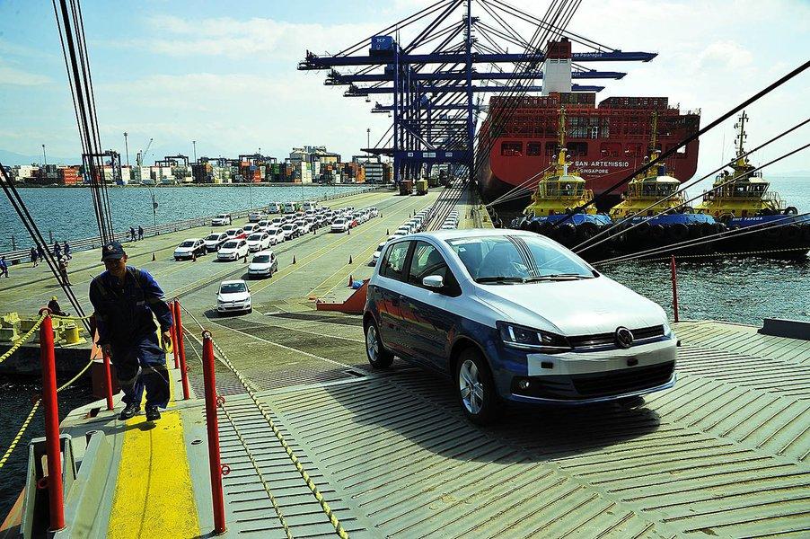Embarque de veículos bate recorde histórico no porto de Pgua.