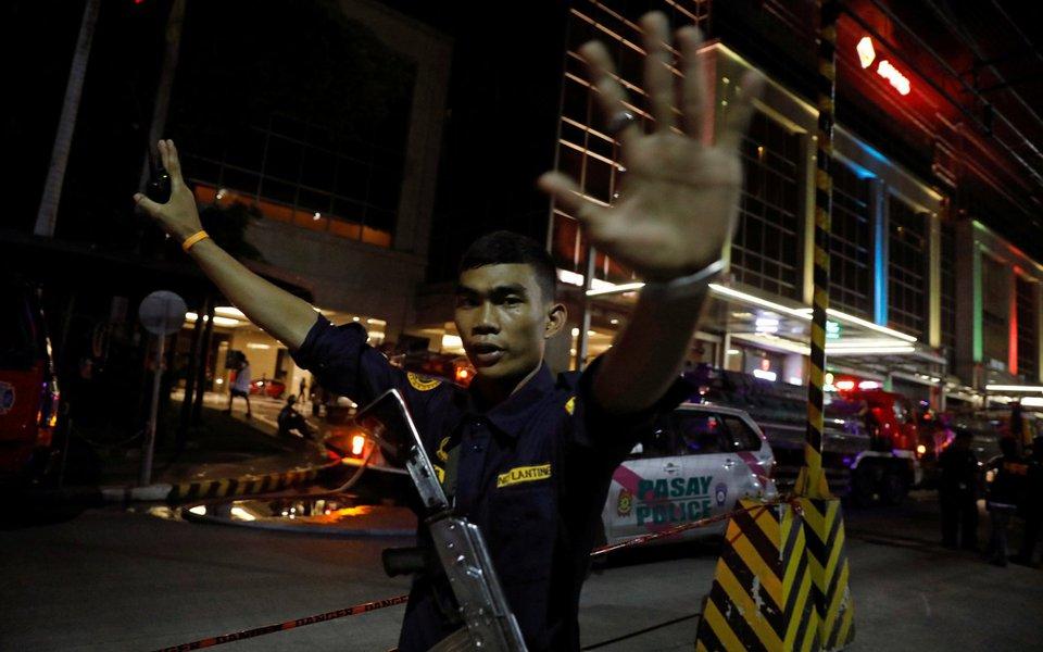 Guarda de segurança impede fotógrafos de se aproximarem de hotel em Manila após ataque, nas Filipinas. REUTERS/Erik De Castro