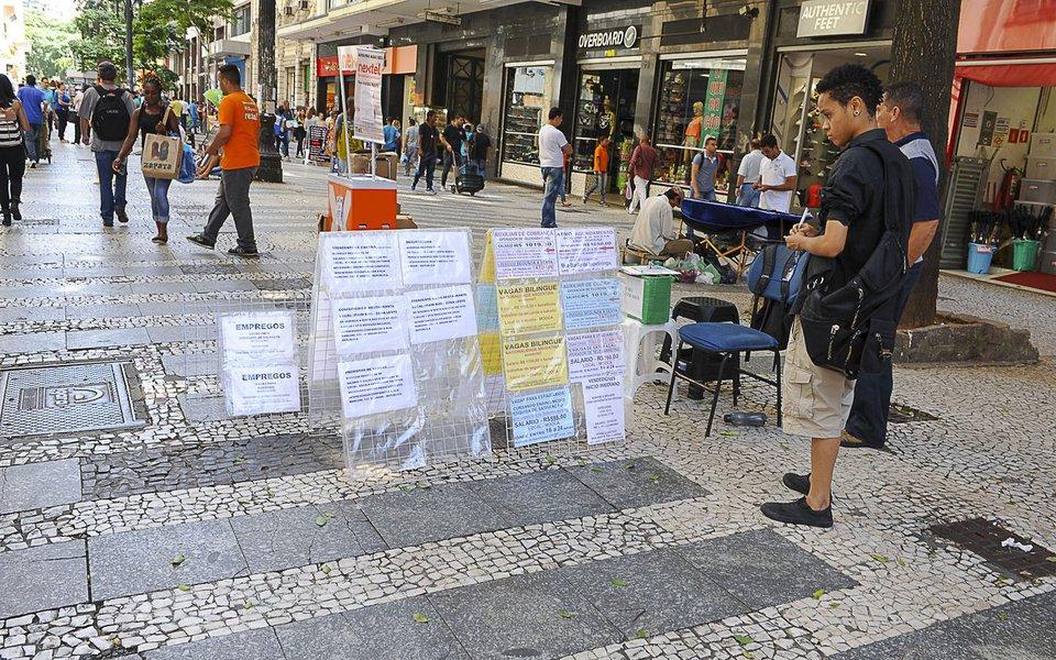 reg. 057-16 Procura por emprego na Cidade de São Paulo. Mulher observa anúncios de emprego na Rua Barão de Itapetininga, no centro de São Paulo 2016/02/19 Foto: Marcos Santos