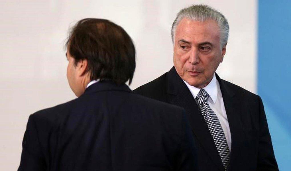 Presidente Michel Temer (D) e presidente da Câmara dos Deputados, Rodrigo Maia, durante cerimônia no Palácio do Planalto 25/07/2017 REUTERS/Adriano Machado