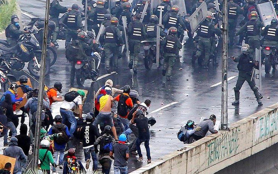 Confronto durante protesto em Caracas, na Venezuela. 19/6/2017 REUTERS/Christian Veron