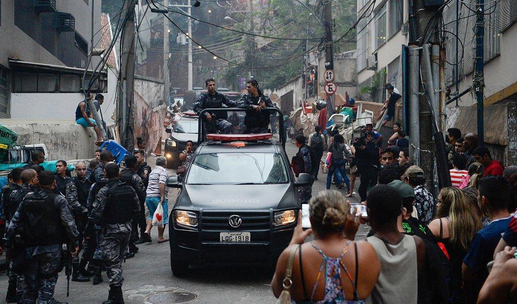 10/10/2016. Crédito: Fernando Frazão/Agência Brasil. Brasil. Rio de Janeiro - RJ. Operação policial após ataques às bases das Unidades de Polícia Pacificadora (UPP) nas comunidades do Cantagalo e Pavão-Pavãozinho, em Copacabana.