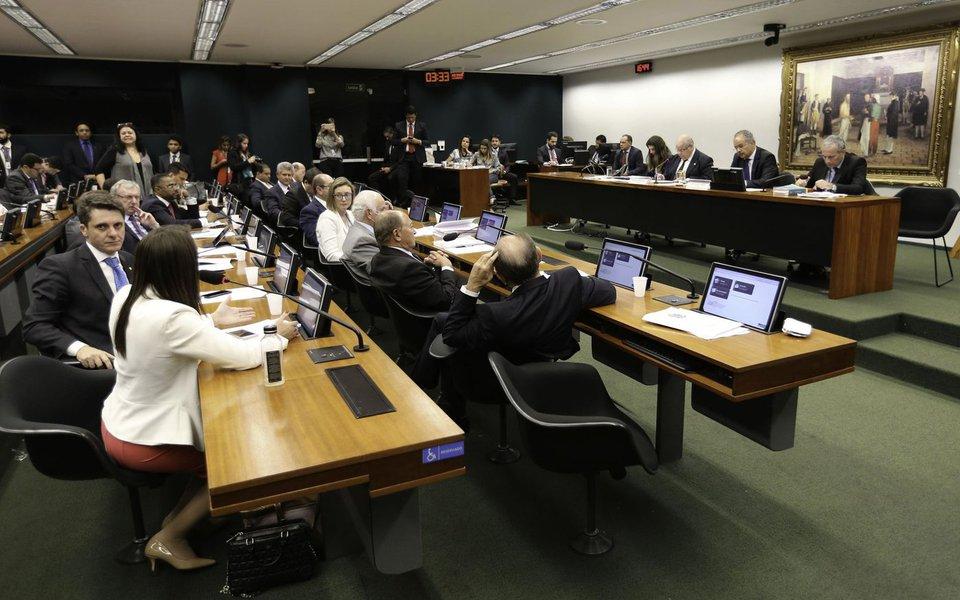 Bras�lia - A Comiss�o Especial da Reforma Pol�tica se re�ne para vota��o do relat�rio parcial 3 do relator, deputado Vicente C�ndido (Fabio Rodrigues Pozzebom/Ag�ncia Brasil)