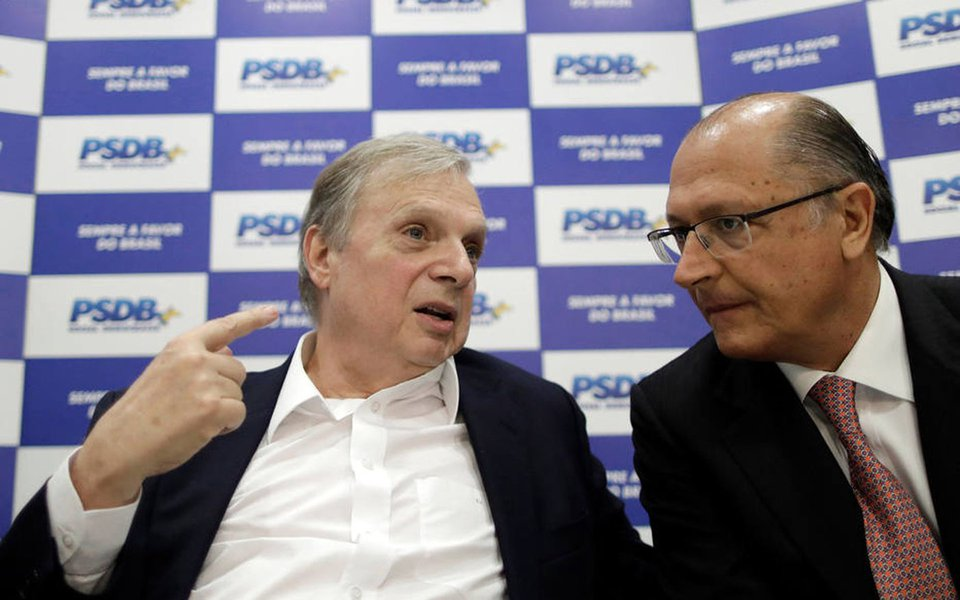 Senator Tasso Jereissati (L) speaks with Governor of Sao Paulo, Geraldo Alckmin during a meeting of the Brazilian Social Democracy Party (PSDB) in Brasilia, Brazil June 12, 2017. REUTERS/Ueslei Marcelino