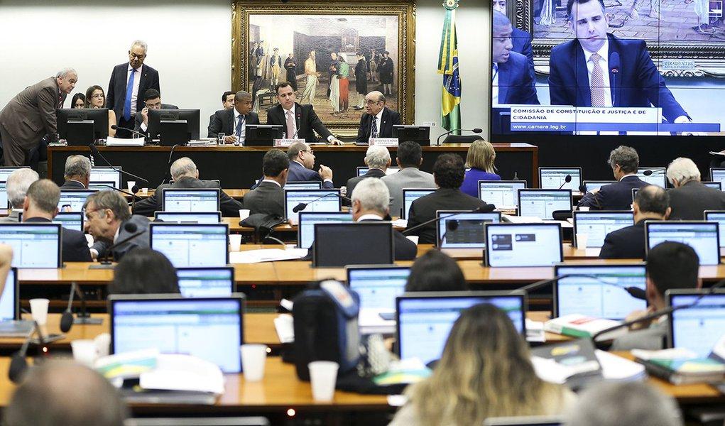 Brasília - Comissão de Constituição e Justiça e de Cidadania (CCJ), realiza sessão para discutir o parecer sobre a denúncia contra o presidente da República, Michel Temer, e os ministros Eliseu Padilha e Moreira Franco (Marcelo Camargo/Agência Brasil)