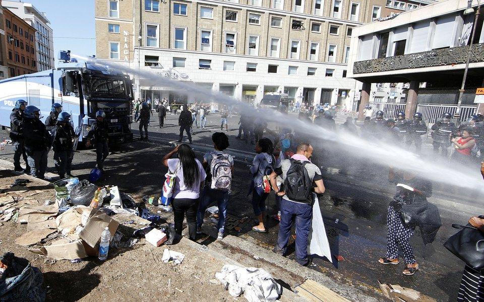 Polícia italiana usa canhões de água para expulsar refugiados acampados em praça, em Roma 24/08/2017 REUTERS/Yara Nardi