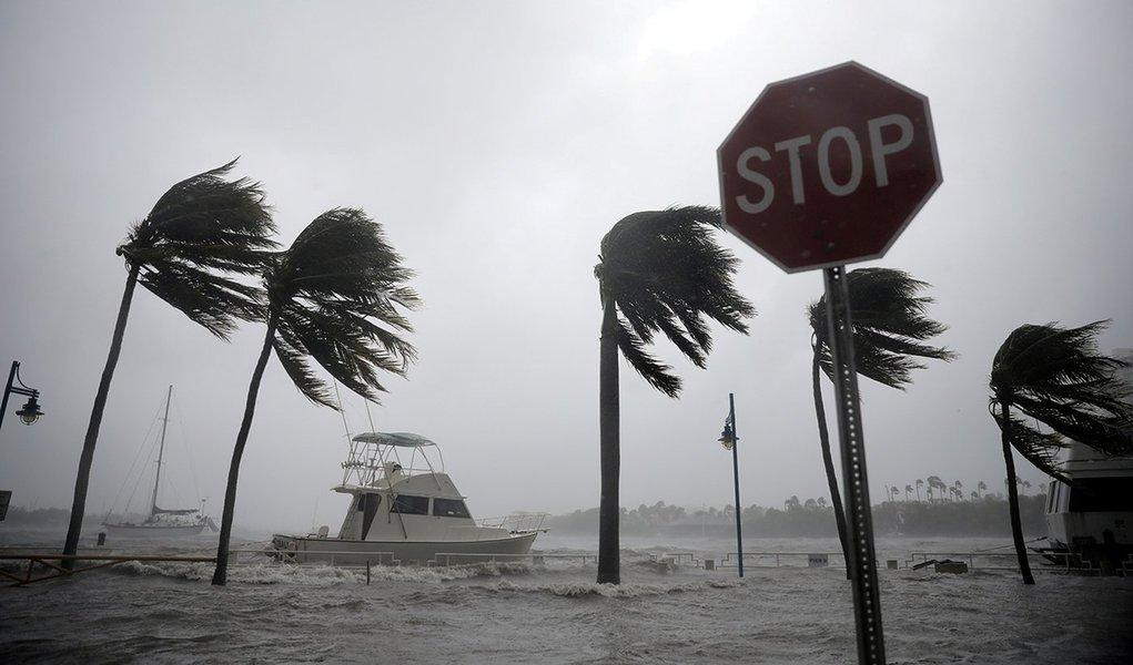 Barcos são vistos em marina à medida que furacão Irma atinge sul da Flórida, em Miami 10/09/2017 REUTERS/Carlos Barria