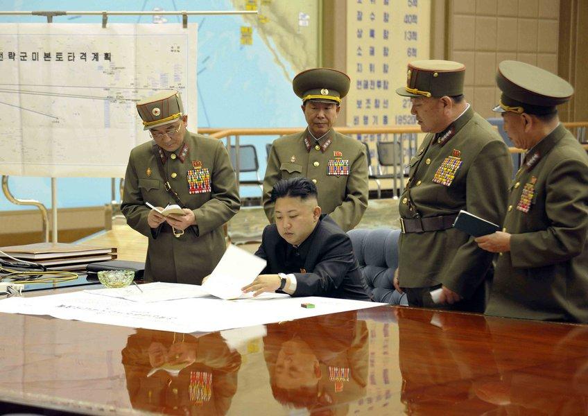 Líder da Coreia do Norte, Kim Jong-un comanda uma reunião urgente, em Pyongyang. 20/04/2017 REUTERS/KCNA