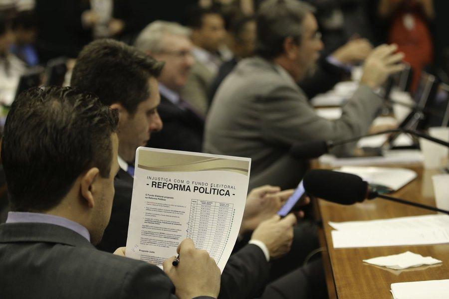 Deputados retomarão a votação dos destaques da proposta de reforma política na manhã desta quinta-feira Fabio Rodrigues Pozzebom/Agência Brasil