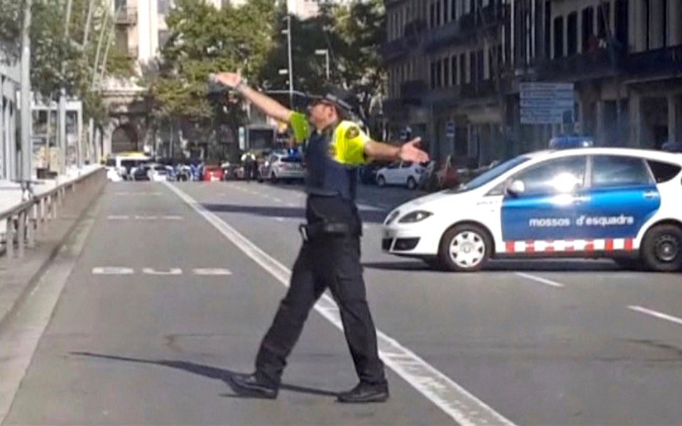 Imagem de vídeo mostra policial gesticulando em local de ataque em Barcelona 17/8/2017 REUTERS TV via REUTERS