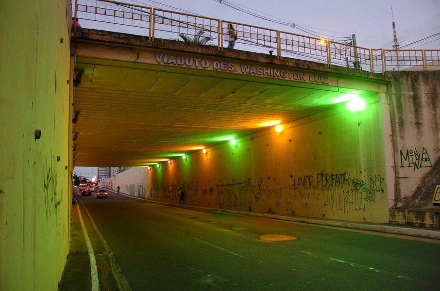 Ilumina��o com tem�tica com cores da copa, o viaduto Desembargador Washington Luiz no Farol. Foto:Marco Ant�nio/Secom Macei� *** Local Caption *** Ilumina��o Copa do Mundo
