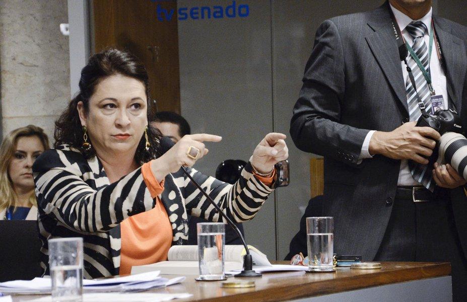 Senadora Kátia Abreu (PMDB-TO) durante reunião do colegiado. Na pauta, o projeto que desobriga do registro e licenciamento anual as máquinas agrícolas