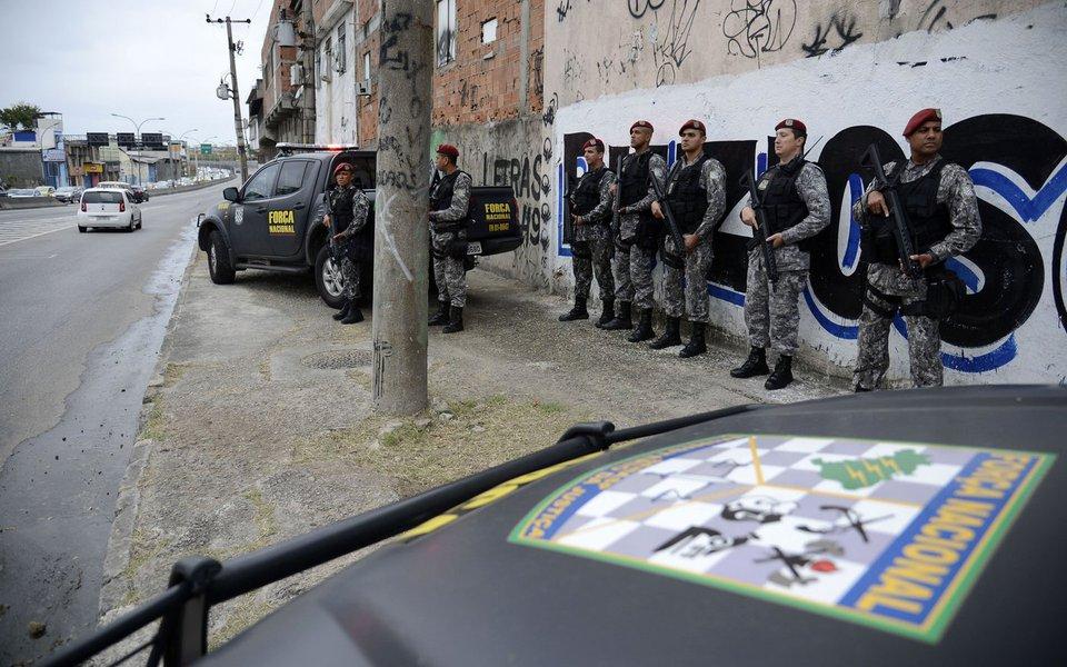 Rio de Janeiro - Membros da Força Nacional patrulham entorno do complexo de favelas da Maré durante o 1º turno das eleições 2016. (Fernando Frazão/Agência Brasil)