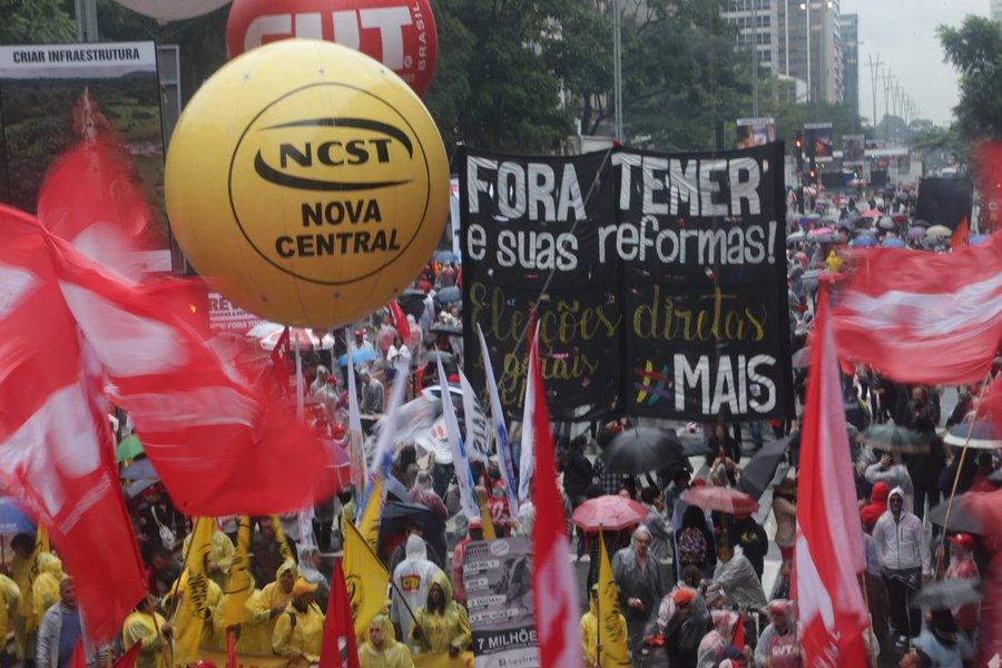 21/05/2017- São Paulo- SP, Brasil- Manifestantes faz na tarde deste domingo (21) um protesto na Avenida Paulista contra o governo Michel Temer e pedindo eleições diretas já Foto: Paulo Pinto/AGPT