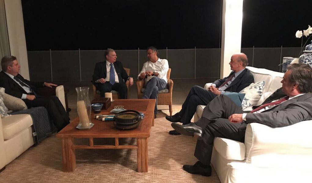 Aécio neves se reúne com os senadoresTasso Jereissati (CE), Antonio Anastasia (MG), Cássio Cunha Lima (PB) e José Serra (SP)