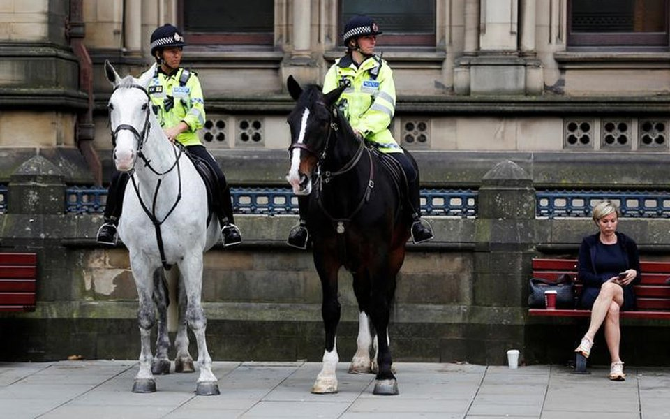 Policiais fazem segurança em Manchester 24/5/2017 REUTERS/Darren Staples