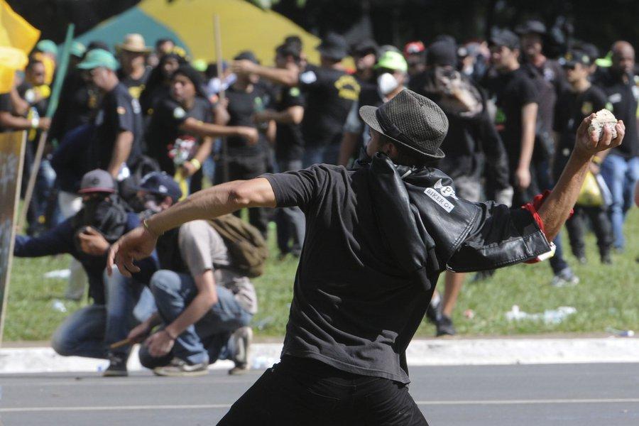 24 07 2017 Brasilia DF Brasil Marcha das Centrais de trabalhadores para defender direitos trabalhista acaba em violencia nas esplanada dos ministerios com depredações Gabriel Jabur/Agência Brasíli