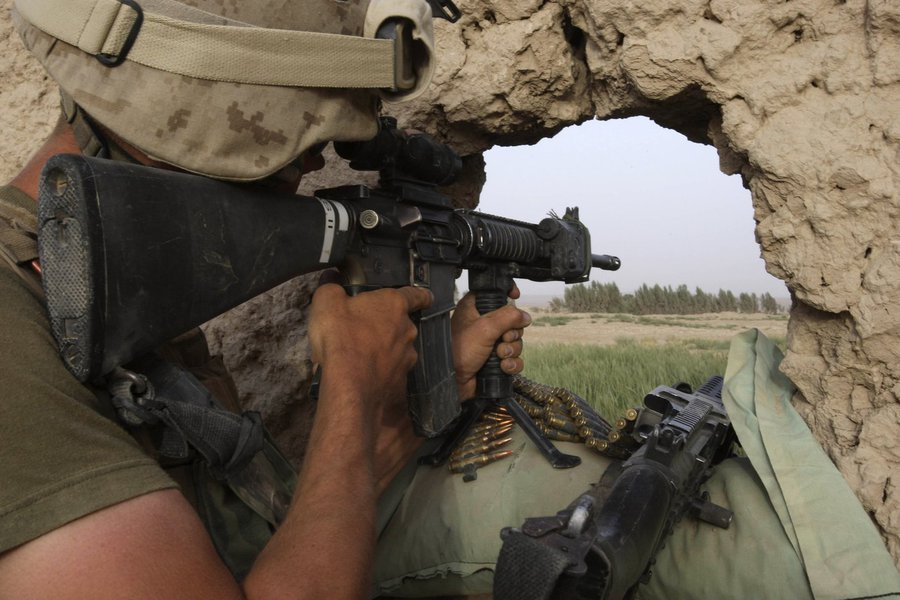 A U.S. Marine from the 24th Marine Expeditionary Unit, observes after firing on a Taliban position near the town of Garmser in Helmand Province, Afghanistan, Saturday, May 3, 2008. Afeganistão, combate, Guerra, Talibã