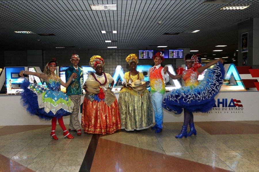 Governo do Estado da Bahia por meio da Superintendência de Fomento ao Turismo (Bahiatursa) recebe turistas no aeroporto internacional de Salvador com trios de forró, quadrilhas e baianas