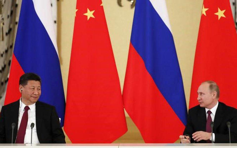 Presidente russo, Vladimir Putin, e presidente da China, Xi Jinping, durante encontro em Moscou. 04/07/2017 REUTERS/Sergei Ilnitsky