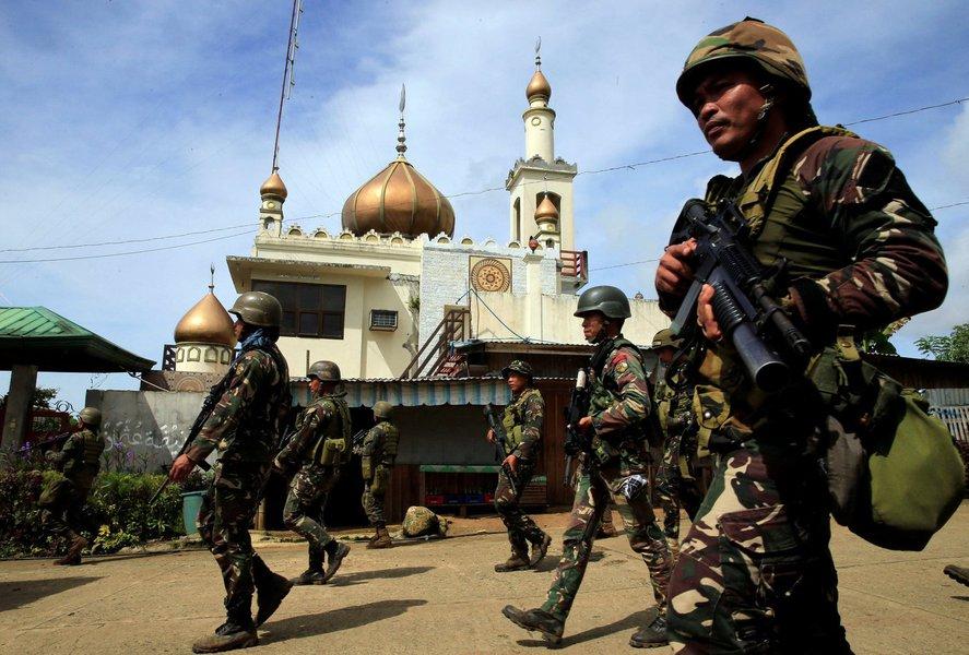 Tropas do Exército combatem membros do grupo terrorista Estado Islâmico nas Filipinas, terrorismo