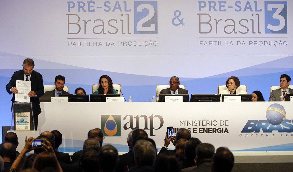 Rio de Janeiro - Representantes de empresas entregam suas propostas no leilão da partilha de blocos do pré-sal em evento da Agência Nacional do Petróleo, Gás Natural e Biocombustíveis (ANP), na Barra da Tijuca, zona oeste da capital fluminense.