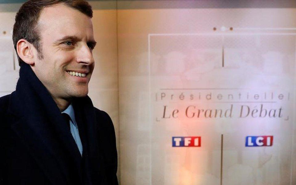 Emmanuel Macron, candidato à eleição presidencial da França de 2017, chega para um debate organizado pelo canal de TV privado francês TF1, em Aubervilliers, França 20/03/2017 REUTERS/Patrick Kovarik/Pool